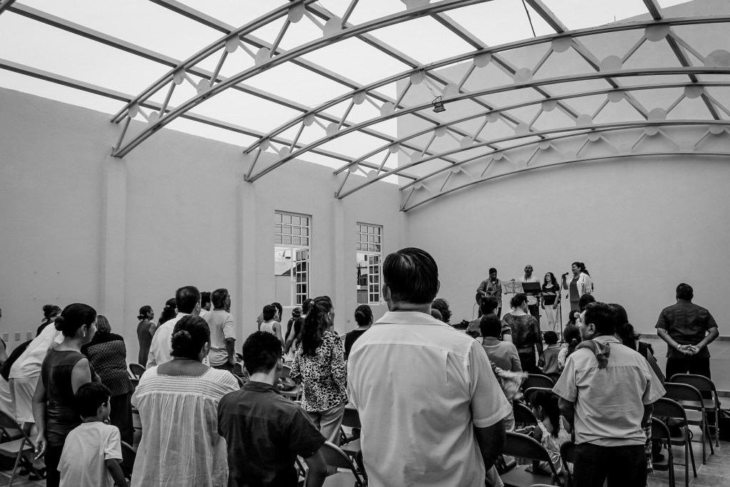 The congregation celebrating and praising God for the blessing of a place to gather. Photo by Armando Lomelí Perales.
