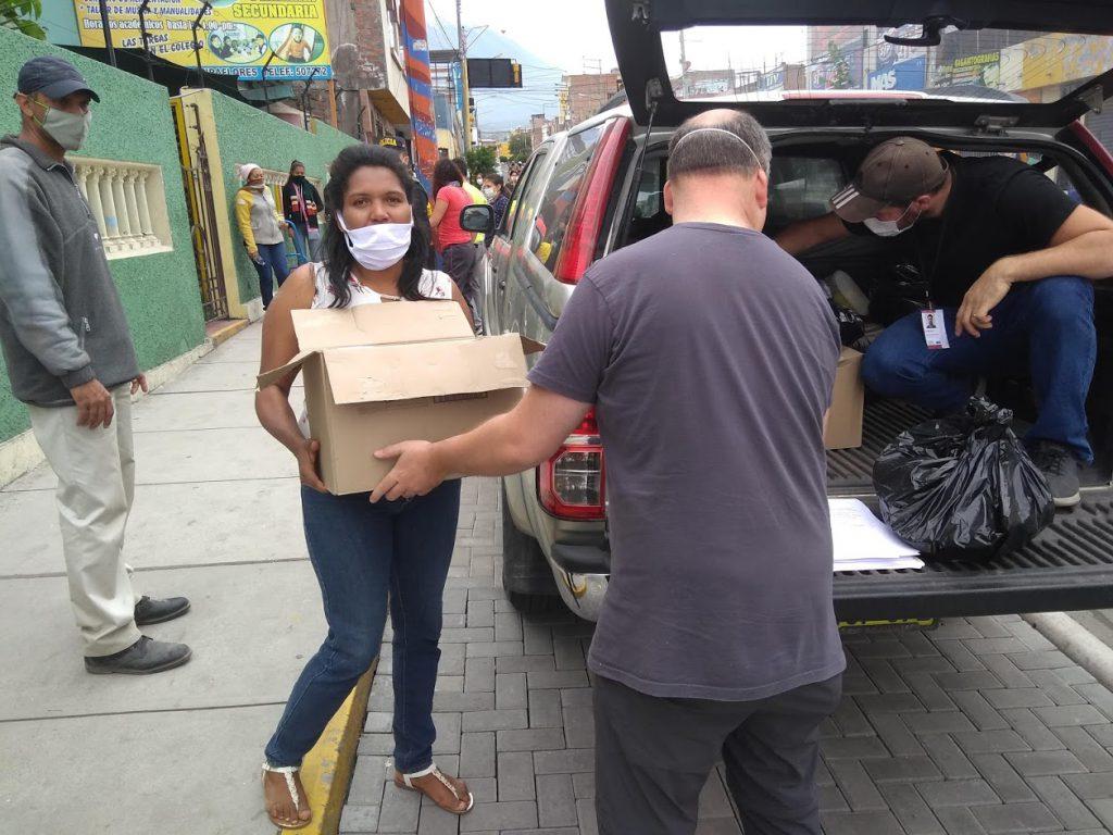 Des travailleurs déchargent des boîtes de nourriture dans le cadre du ministère COVID-19
