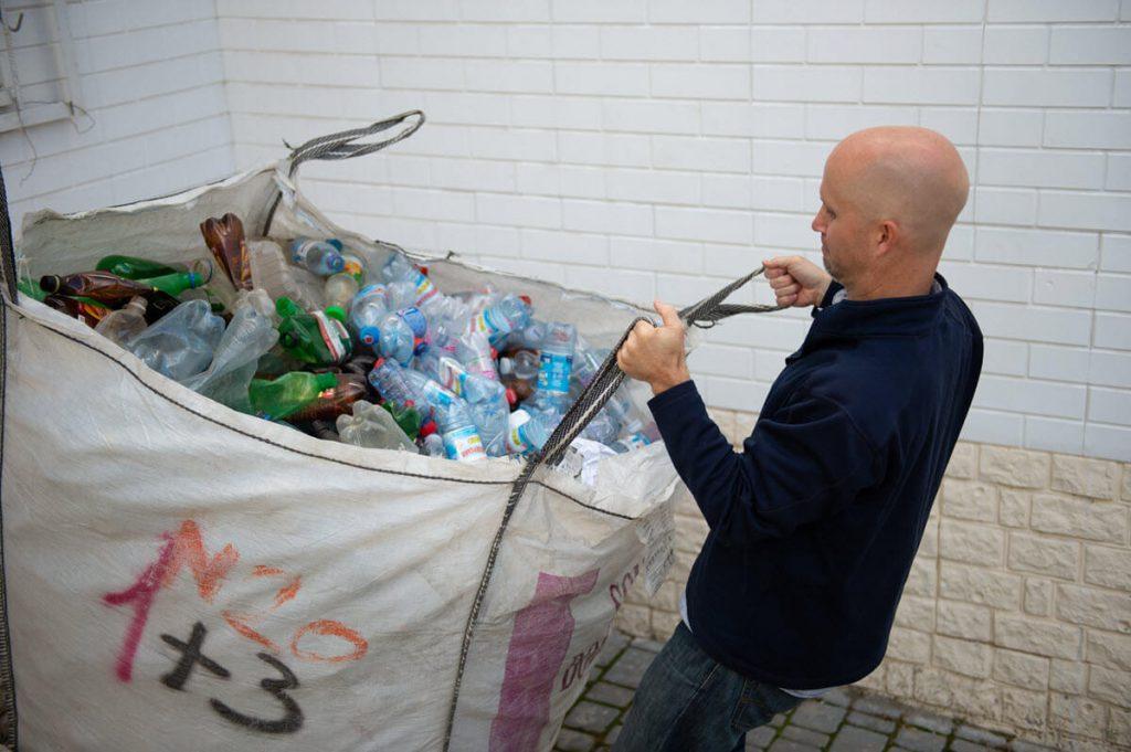Un homme ukrainien transporte des bouteilles