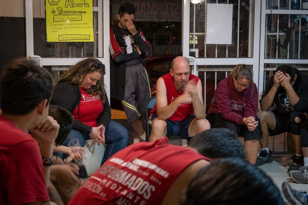 Le personnel de Transformados prie avec les adolescents après l'entraînement