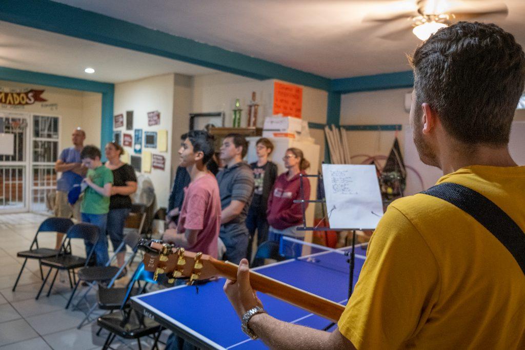 Les adolescents chantent lors du culte de Transformados